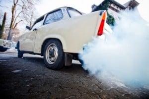 Trabbi der durch Abgase die Luft verschmutzt