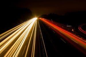 Nachtaufnahme einer Autobahn: Kommen Fahrverbote schneller, als gedacht?
